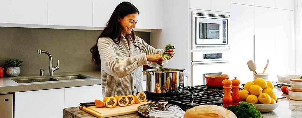 Kvinna som lagar mat.