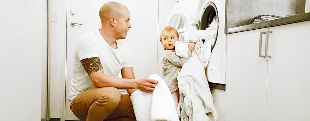 Pappa och barn tvättar.